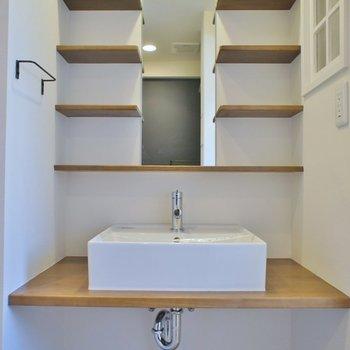 小窓のおかげで明るい洗面所※写真は同タイプの別室※写真は同タイプの別室