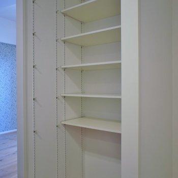 キッチン横の収納スペースです※写真は同タイプの別室