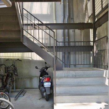 オートロックをあけてまずは階段を上がります