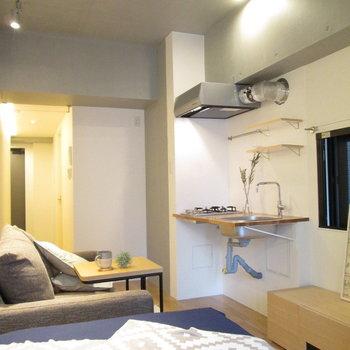 天井は3mほどあるので解放感もあります◯※家具はサンプルになります