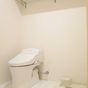 トイレと洗濯機もまとめて。上には大きな棚も◯