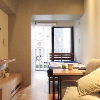 窓も大きいので朝も気持ちよく起きられそう。※家具はサンプルになります