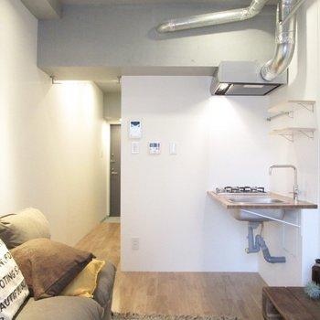 コンクリ・白・無垢のこの感じいいですよね〜※家具はサンプルになります