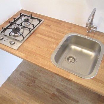 2口コンロで料理もしやすく。※家具はサンプルになります