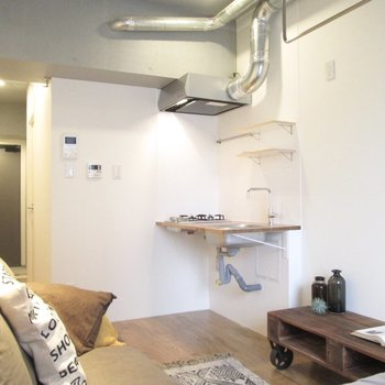 キッチンは可愛くオリジナルのシェルフにお気に入りの物を置こう◎※家具はサンプルになります