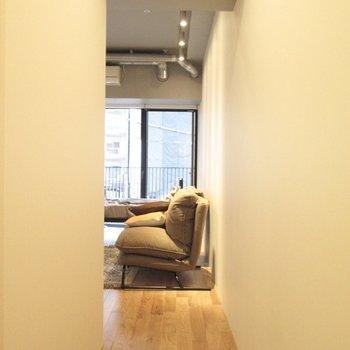 カーテンレール付なので、お部屋内も隠せます。※家具はサンプルになります