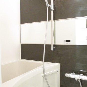 シックなデザインの浴室。