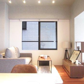 向かいにソファーやテレビを置くといい感じに。※家具はサンプルになります