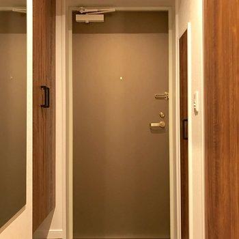 写真左、丈長の鏡があるので出発直前に身だしなみチェックできます◎