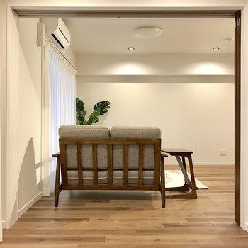 洋室から見たLDK。引き戸の敷居部分が特殊で足をひっかける心配がありません!