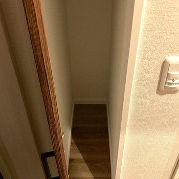 玄関部分に幅の狭い収納スペース。
