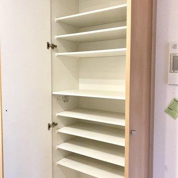 キッチン横にとっても使えそうな収納スペースが。食器棚として使っても◎