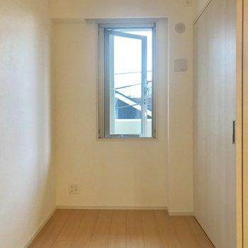 奥のお部屋に小窓がちらり。