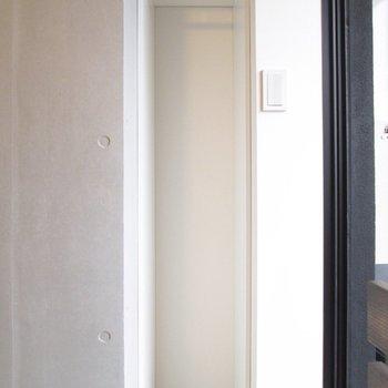 収納は小さめなのでラックなどあるといいですよ。※写真は2階の同間取り別部屋のものです