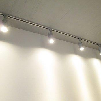 ライティングレールでお部屋をオシャレに照らしてくれます。※写真は2階の同間取り別部屋のものです