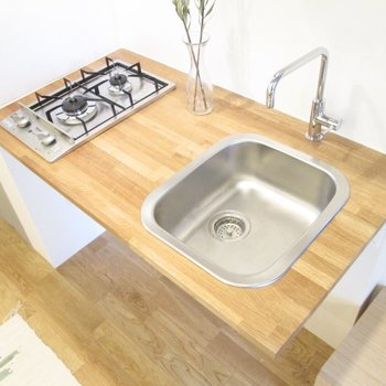 2口なので料理もしやすい。※写真の家具はサンプル・2階の同間取り別部屋のものです