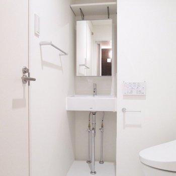 脱衣所左に洗面台。※写真は2階の同間取り別部屋のものです