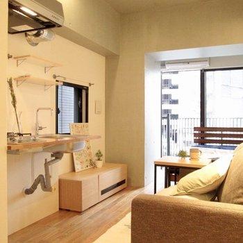 2面採光で風通しも良さそう◎※写真の家具はサンプル・2階の同間取り別部屋のものです