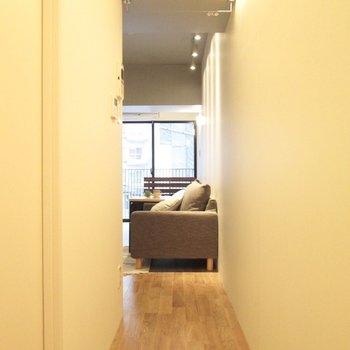 カーテンレール付なので、玄関からも隠せます。※写真の家具はサンプル・2階の同間取り別部屋のものです