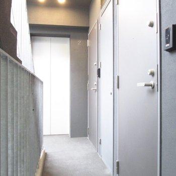 共用部も明るいです。※写真は2階の同間取り別部屋のものです
