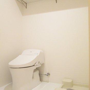 トイレと洗濯機もまとめて。上には大きな棚も◯※写真は2階の同間取り別部屋のものです