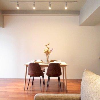テーブルを置いて楽しくご飯♫※家具はサンプル・写真は5階の同間取り別部屋のものです