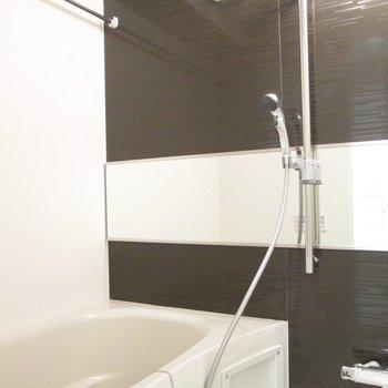 右は浴室になります。※写真は5階の同間取り別部屋のものです