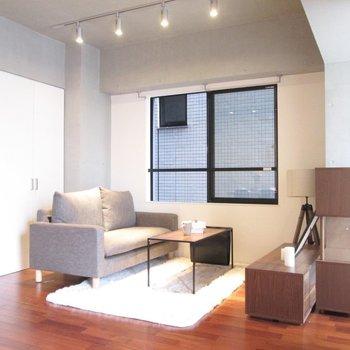 天井も高く、ライティングレールでお部屋もオシャレに◎※家具はサンプル・写真は5階の同間取り別部屋のものです