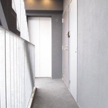 共用部も明るく。※写真は5階の同間取り別部屋のものです