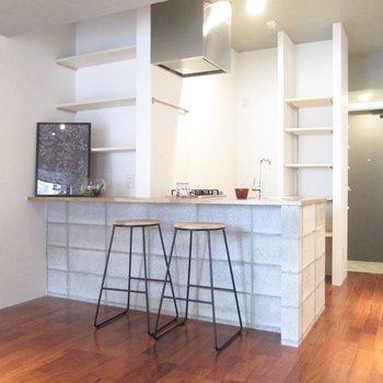キッチンも可愛くて、カウンターで食事をするのもいいですね。※家具はサンプル・写真は5階の同間取り別部屋のものです