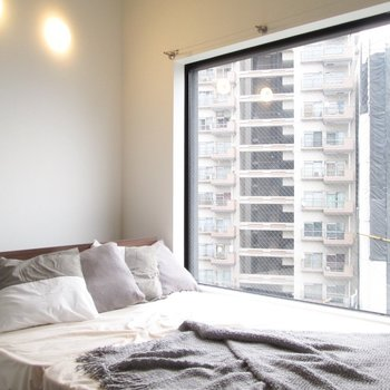 奥は大きな窓がある寝室。※家具はサンプル・写真は5階の同間取り別部屋のものです