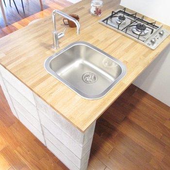 2口コンロで二人で一緒にご飯も作れます♪※家具はサンプル・写真は5階の同間取り別部屋のものです