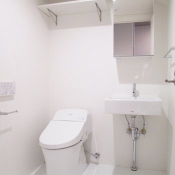 洗面台とトイレは一緒です。上には棚も。※写真は5階の同間取り別部屋のものです