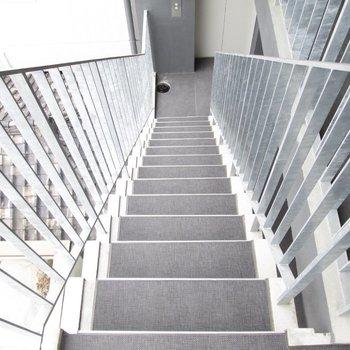 すぐそばに階段もあります。