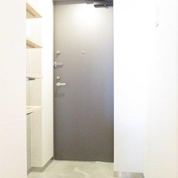 玄関もほど良い広さ。※写真は5階の同間取り別部屋のものです