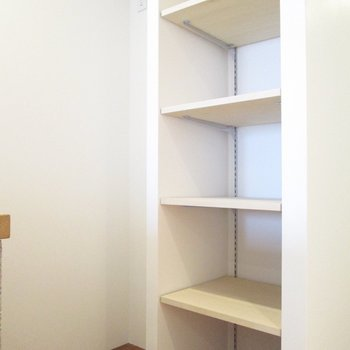 後ろは、冷蔵庫置き場と収納ラックです。※写真は5階の同間取り別部屋のものです