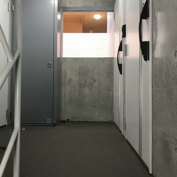 2階共用部。手前のお部屋です。