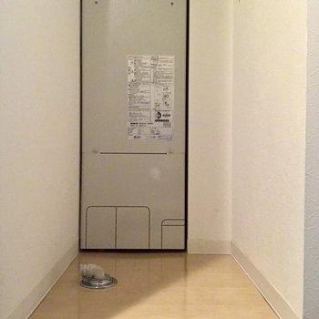 洗濯機置場は玄関ヨコです