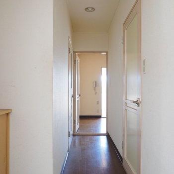 【工事前】玄関周りも明るい!