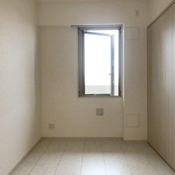 奥のお部屋の小窓がスキ。 ※写真は13階同間取り別部屋のものです