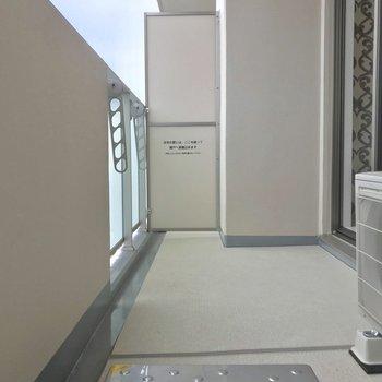 バルコニー広いんです!イスとかおいちゃったり? ※写真は13階同間取り別部屋のものです
