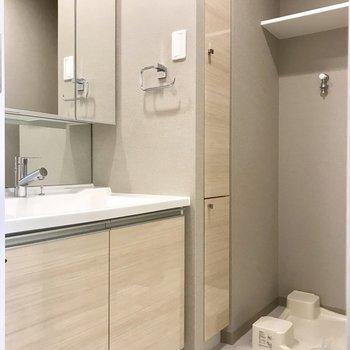 右側にサニタリー。洗面台広々でいいなあ ※写真は13階同間取り別部屋のものです