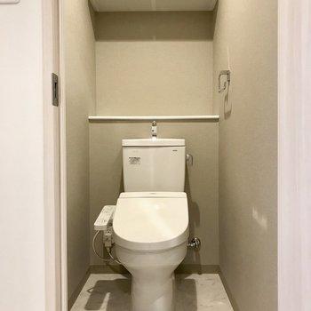 お向かいに清潔トイレ ※写真は13階同間取り別部屋のものです