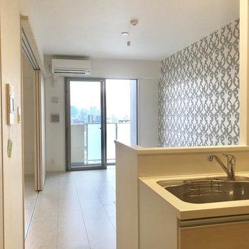 キッチンからの眺めもイイ。ごはんできたよ〜なんて。 ※写真は13階同間取り別部屋のものです