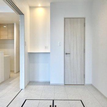 小窓側から。右のスリムな扉は、、 ※写真は13階同間取り別部屋のものです