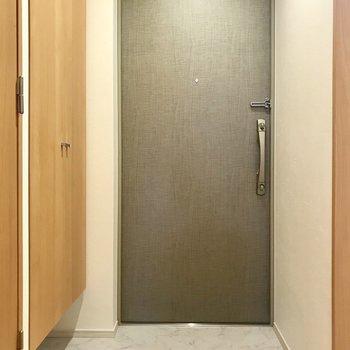 玄関はコンパクトに。 ※写真は3階の同間取り別部屋のものです