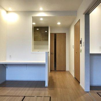 窓から。右のちょこんとした棚に観葉植物をおきたい◯ ※写真は3階の同間取り別部屋のものです