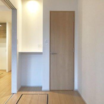 小窓から。スリムなトビラは、、 ※写真は3階の同間取り別部屋のものです