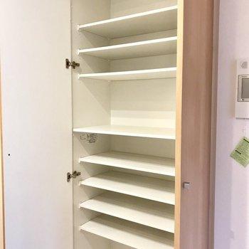 キッチン横にとっても使えそうな収納スペースが。食器棚として使っても◎ ※写真は3階の同間取り別部屋のものです