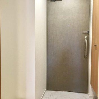 玄関はコンパクトに。洗濯機置き場がちらり ※写真は3階の同間取り別部屋のものです